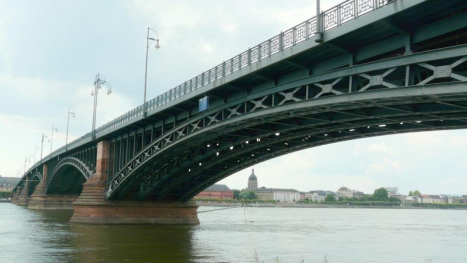 Jubiläumsaktion mit Signalkraft: Rote Husaren Kostheim laden zur Narrenkette über den Rhein