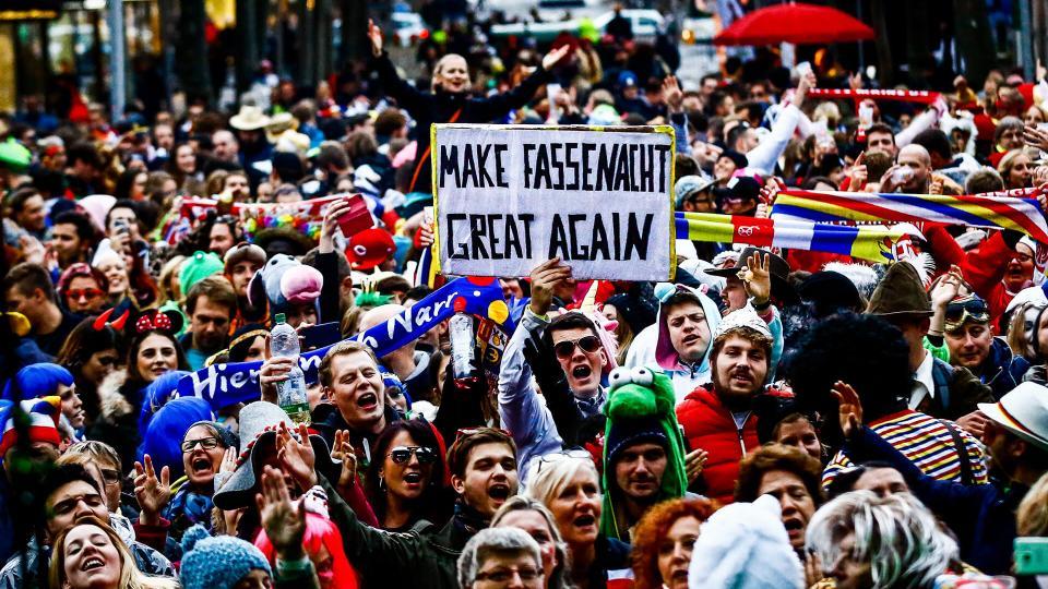 Verkleidete Menschenmenge bei Mainzer Fastnachtsevent