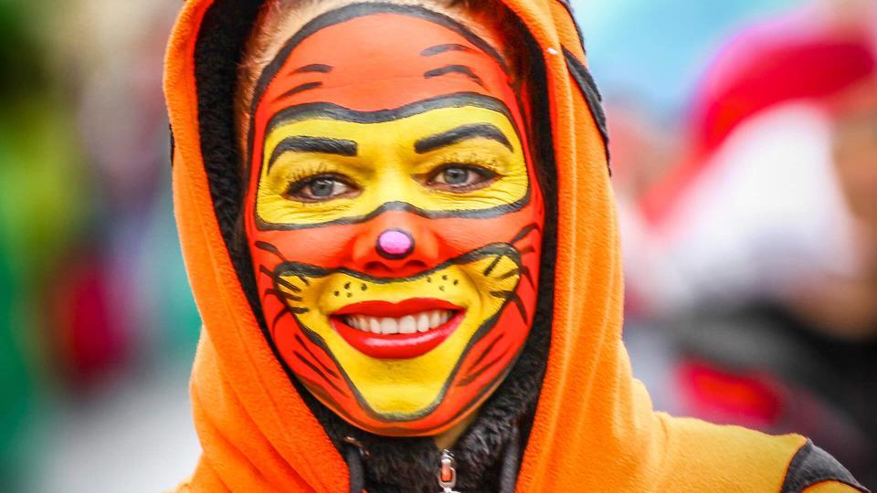Als Tiger verkleidete junge Frau bei Mainzer Fastnachtsumzug