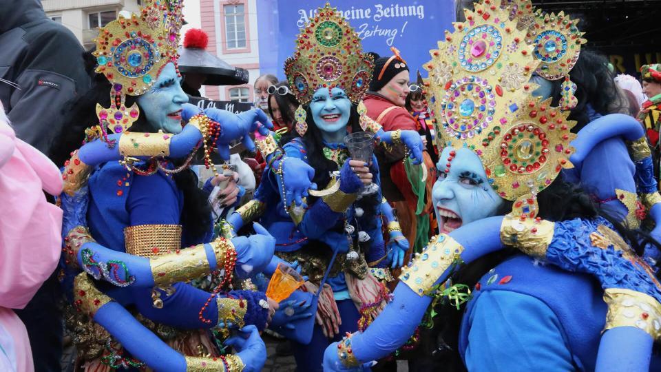 Aufwändig verkleidete Frauen bei Mainzer Fastnacht