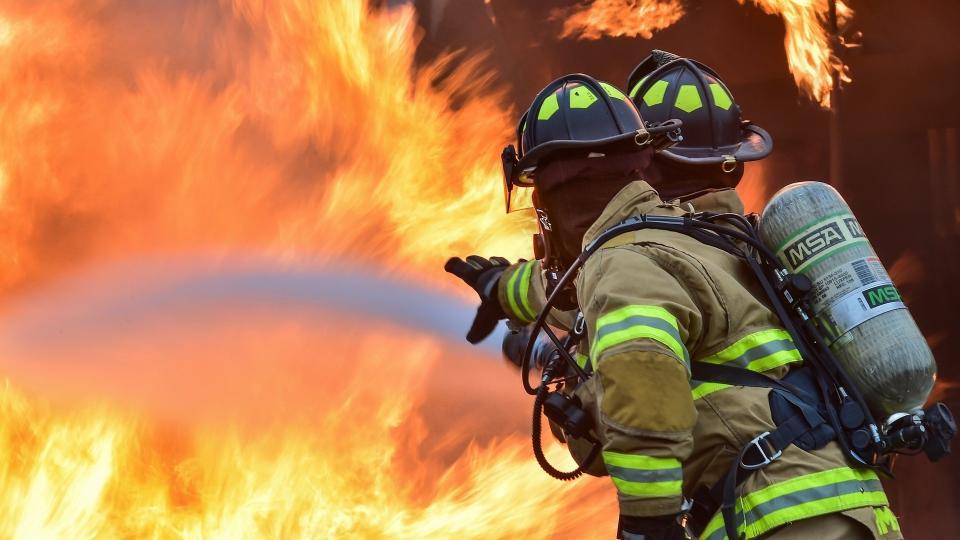 Nächtlicher Einsatz nach Großbrand in Mombach - Wagenhalle des MCV von Flammen bedroht
